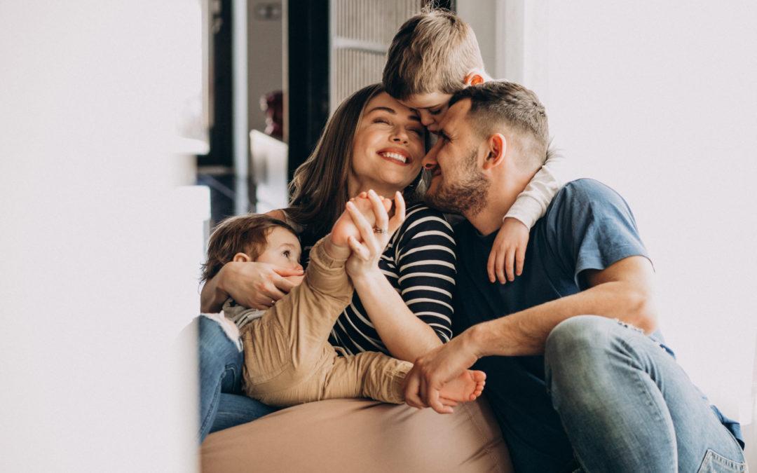 Una famiglia felice di risparmiare in bolletta